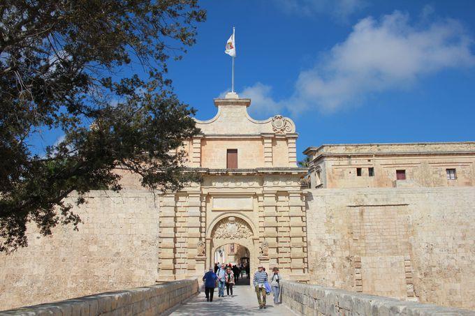 古都にふさわしい堂々たる門構え「メイン・ゲート」