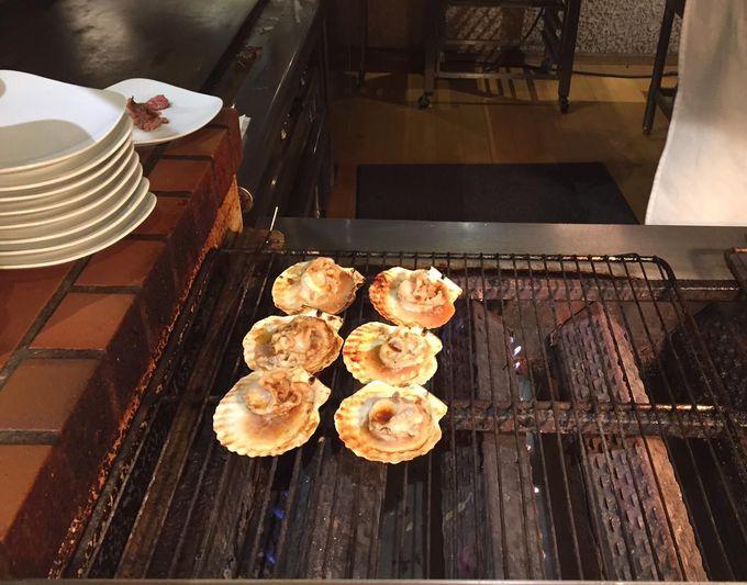 自慢のオープンキッチンで出来立ての味を堪能!