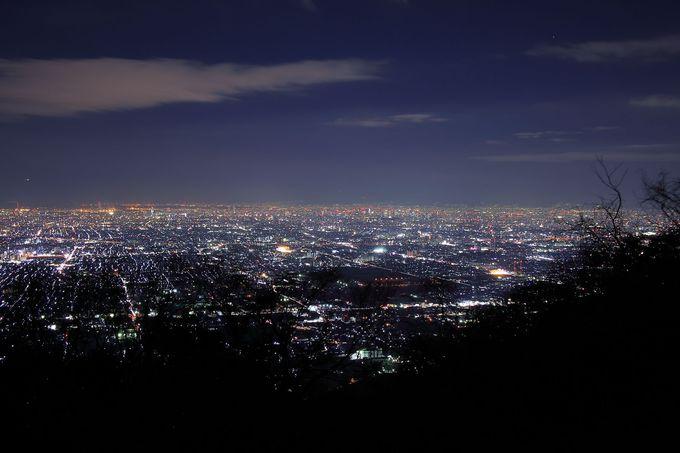 周辺の暗さが大阪平野の夜景の光量を引き立てる「十三峠」