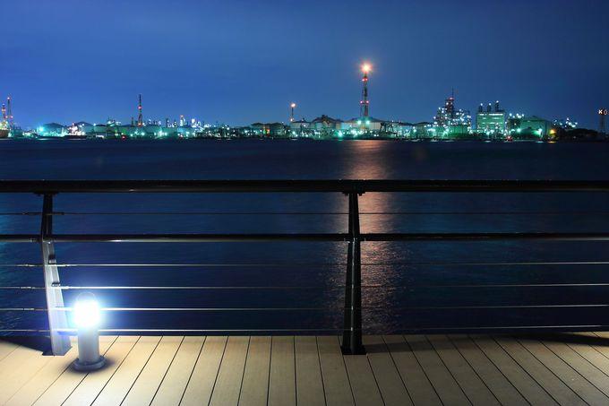足元を照らす水辺沿いのウッドデッキがさらなるムードを高める!