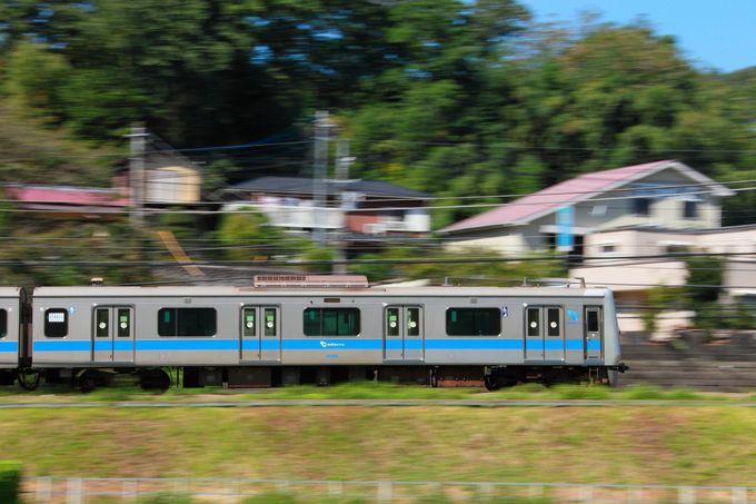 大山と青空を背景に、築堤を走りゆく列車が絵になるポイント
