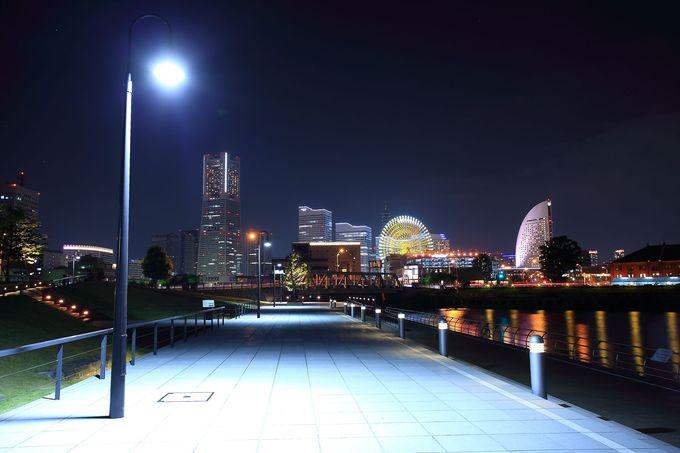 北西出入り口付近から見るみなとみらいの夜景はどことなく近代的