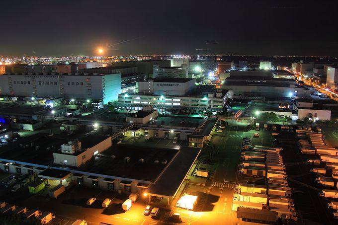 倉庫街のさらに奥側には羽田空港に離着陸する飛行機が!