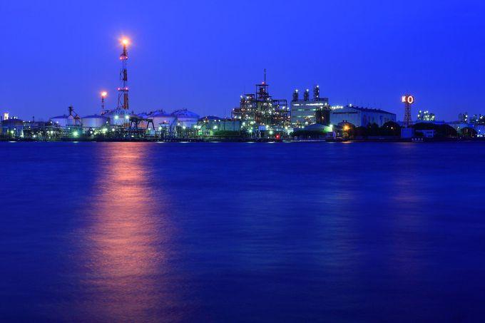 トワイライトタイムに対岸に浮かび上がる工場夜景は未来都市のよう!