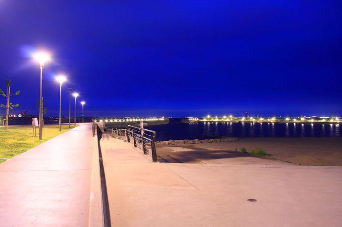 園内東端の人工砂浜にて波の音を聞きながら二人だけの時間を過ごす