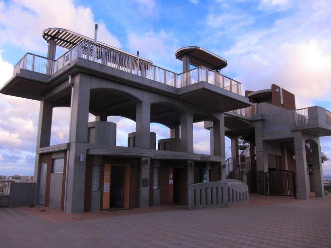 小規模な建屋の展望台ながらエレベータやトイレも完備!