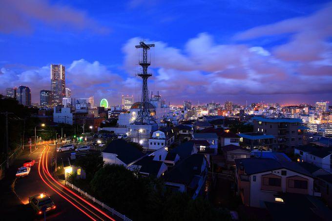 遠方のみなとみらいの夜景と手前の昭和レトロな街夜景とのコントラスト
