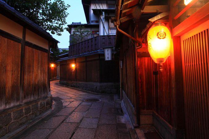 曲がりくねる塀に反射する明かりによってさらに情緒あふれる空間に!