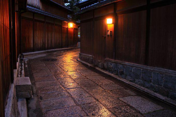 雨天だからといって京都旅行は諦めるな!雨の夜の石塀小路の魅力!