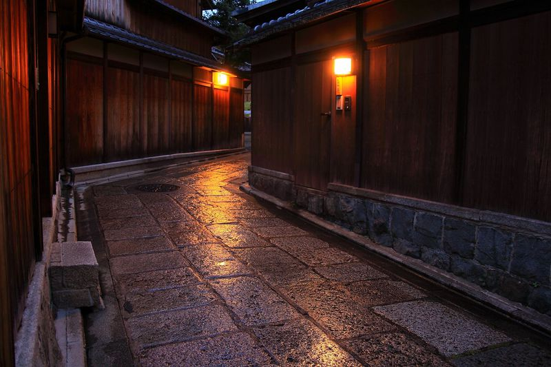 和の風情を身体全体で感じよう!京都八坂に位置する石塀小路