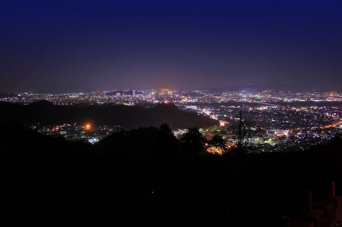 山道をひたすら上っていくと思わぬ夜景が!極上スポット「丸子」