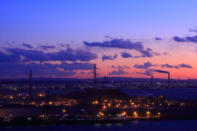 日没とともに南側の工場ライトアップの変化を眺める