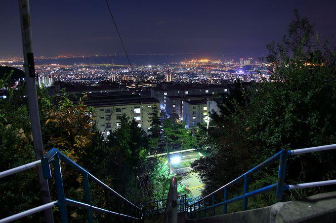 閑静な住宅街の所々から見えるパノラマ夜景を車に乗って観賞しよう!「渦森台」