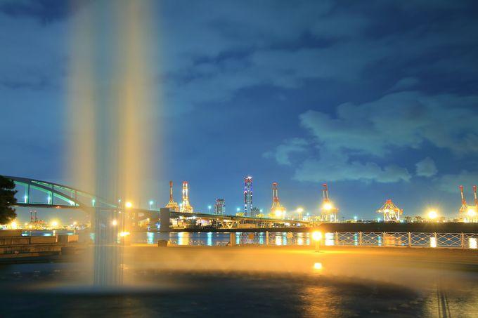 プロムナードの中央にはカラフルに輝く噴水広場が!