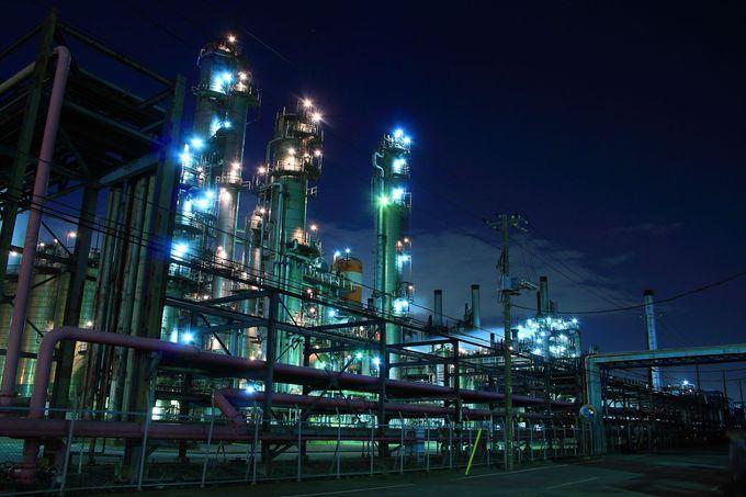 煌びやかすぎ!浮島町の中央に位置する精油工場設備群