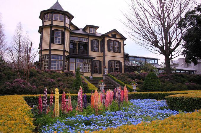 四季折々の花が咲き乱れる庭園内花壇と「外交官の家」