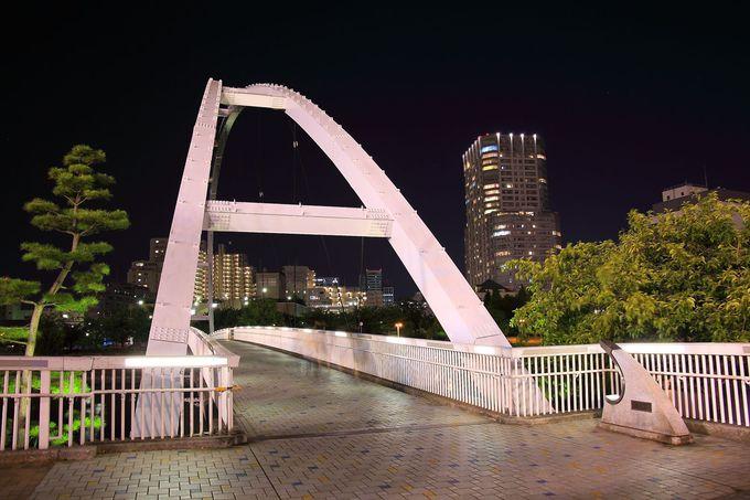 ライトアップされた「アイル橋」を眺める