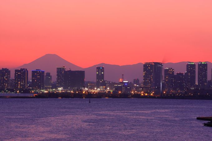 横浜駅周辺の背景に聳える富士山シルエットを一望!