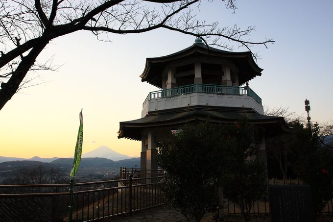 山頂の展望台はユニークな中華風の形状