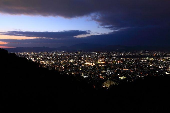 「将軍塚青蓮殿の大舞台」からは古都らしい落ち着いた夜景が!