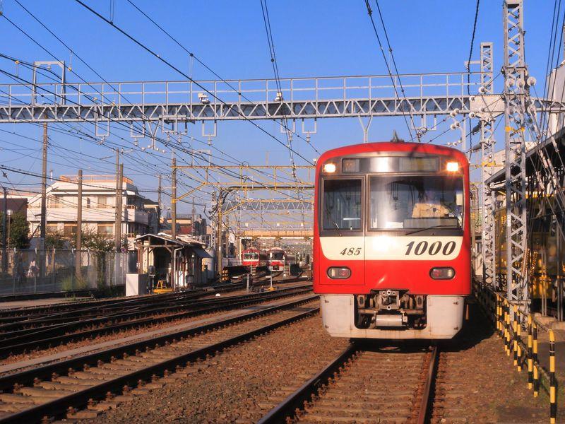 電車好きはたまらない!車庫線踏切がある京急「神奈川新町」構内
