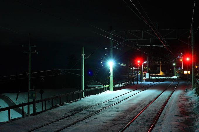 哀愁漂う夜の「姨捨駅」構内