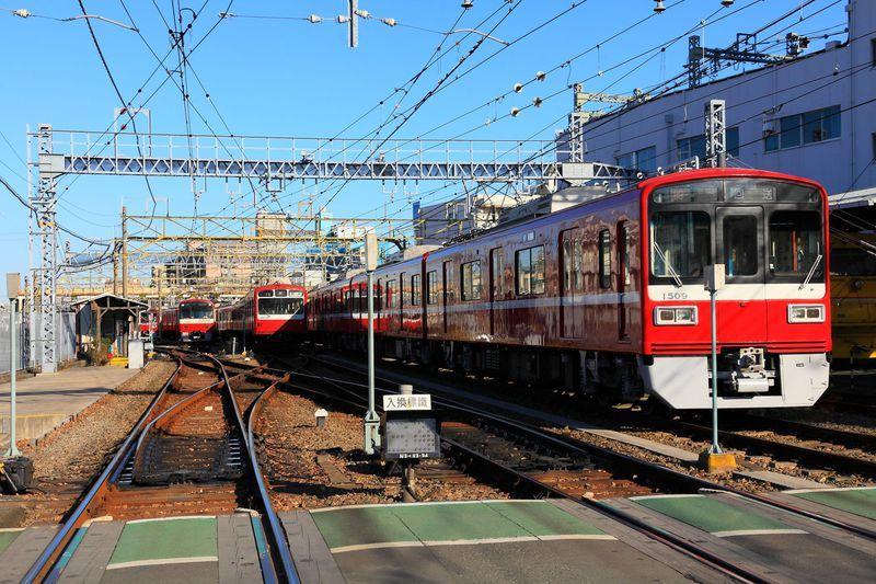 赤い電車の魅力を間近で!「神奈川新町駅」横の京急車両基地