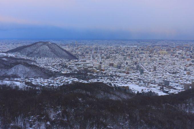 徐々に夕刻タイムへと近づく札幌市街を眺めて