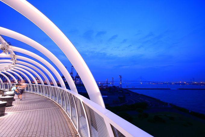 半円状の回廊からは本牧をメインとした横浜港を一望!