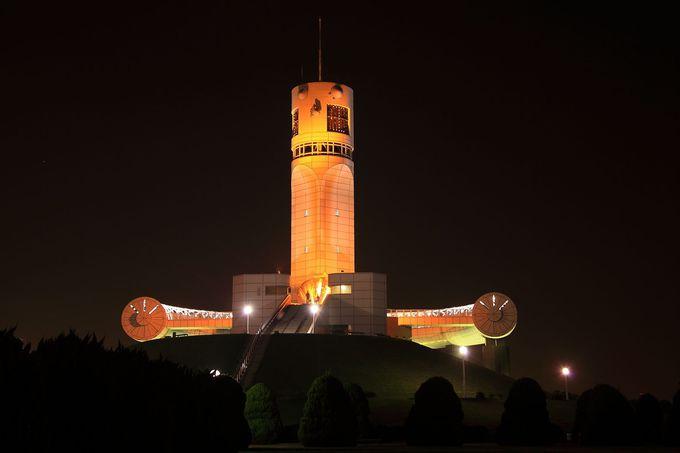 夜空に飛んでいきそうなロボットのような「横浜シンボルタワー」