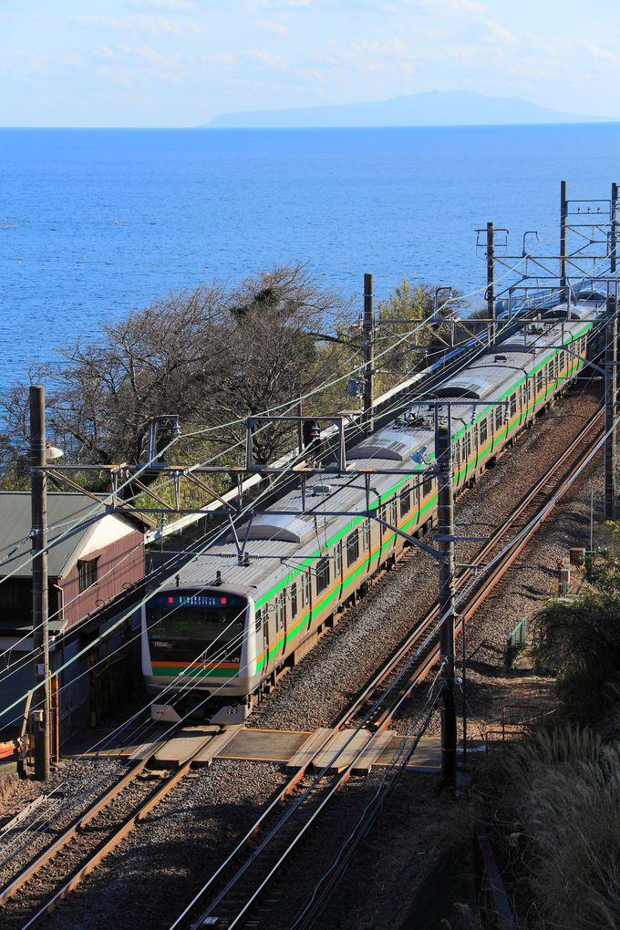 視界が良ければ大島も構図内に!トンネル頭上から列車を狙ってみよう!