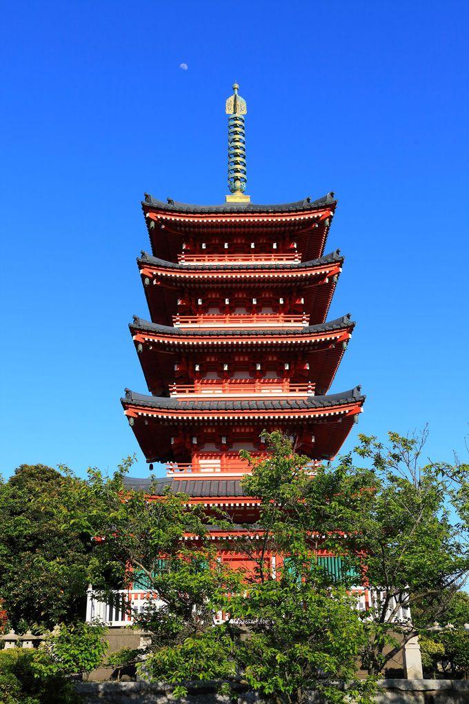 園内最上部に聳え立つ五重塔