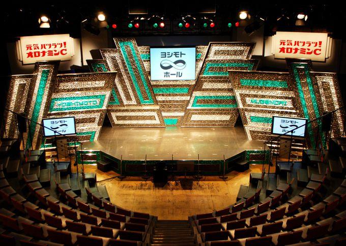 舞台がよく見える広々とした半円形の劇場内