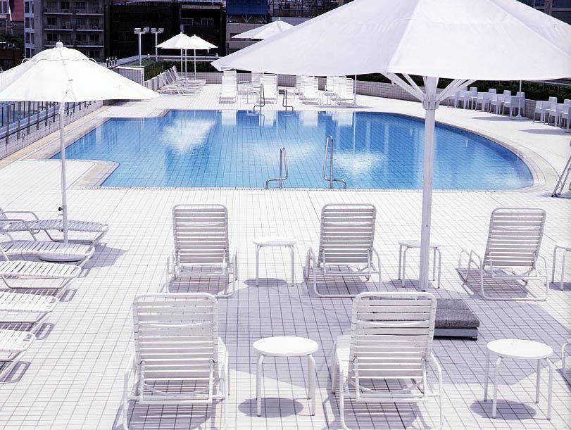 開放的な屋外プールはまるで都会のオアシスのよう