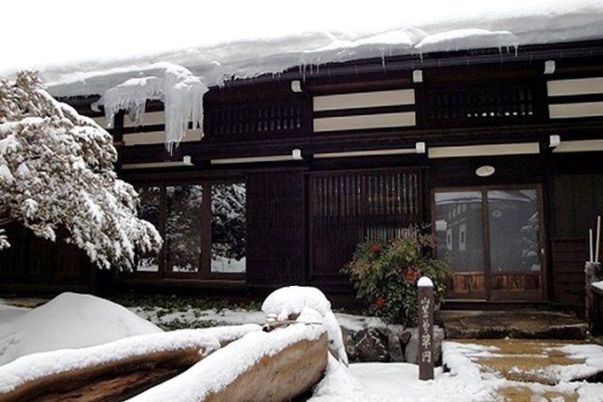 雪が似合う重厚な佇まい