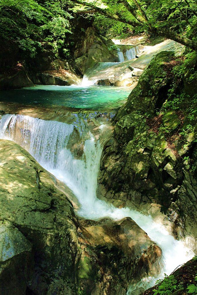 美しいターコイズブルーの水をたたえる渓谷に癒される