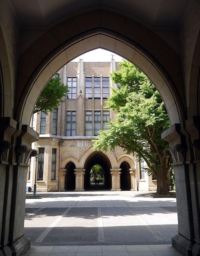 美しい学校建築に目を奪われる