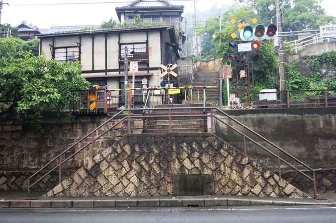 階段の途中を踏切が横切る、その先はお寺へ続く道