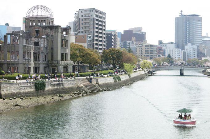 一寸法師のお椀みたいな船が広島の川をの〜んびり進む