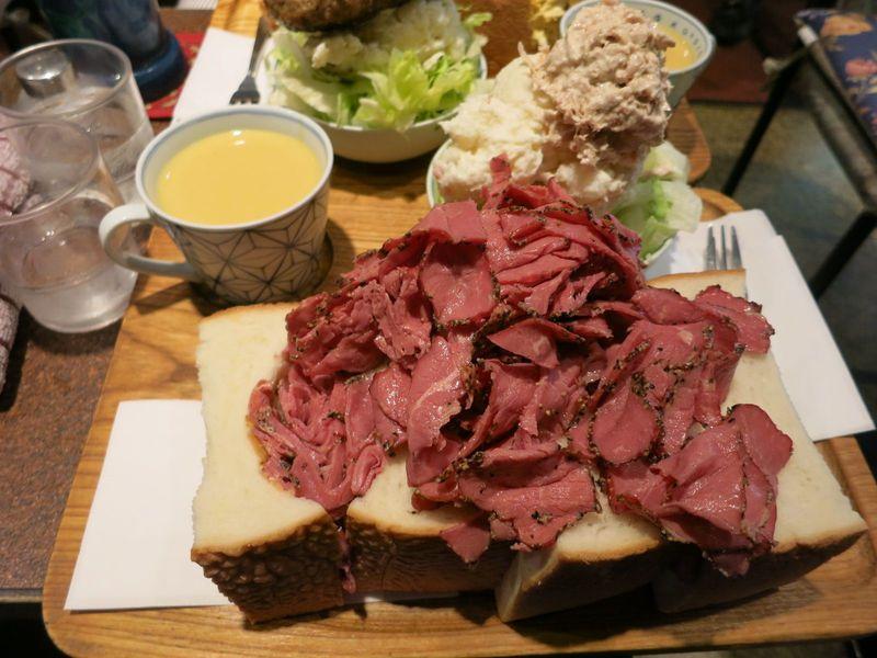 食べきれるか!?東銀座「アメリカン」の巨大サンドイッチ
