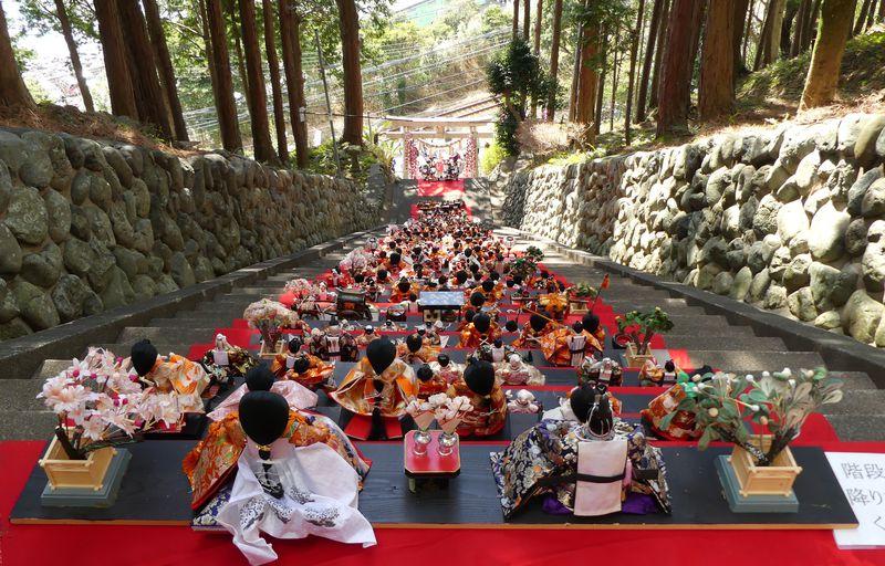 列車からも見える素盞嗚神社の段飾り!伊豆稲取の「雛のつるし飾りまつり」で春を満喫