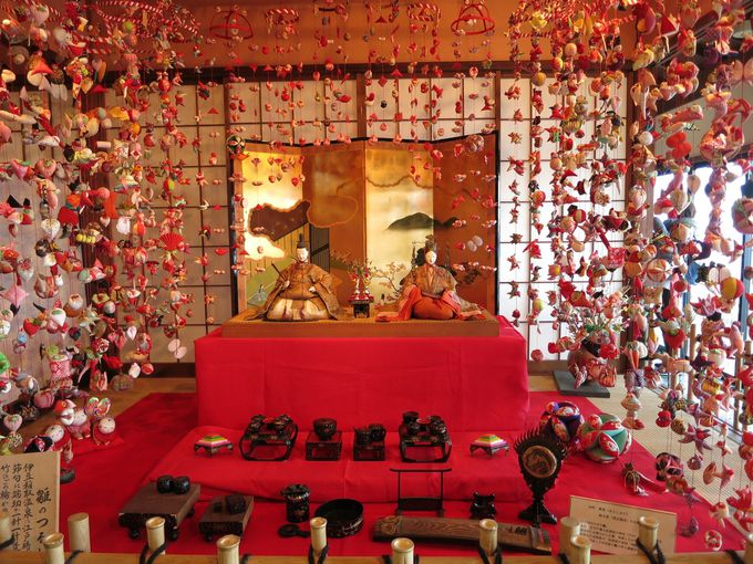 伊豆稲取は「つるし飾り発祥の地」、色とりどりのつるし雛はバラエティ豊かで見飽きない美しさ