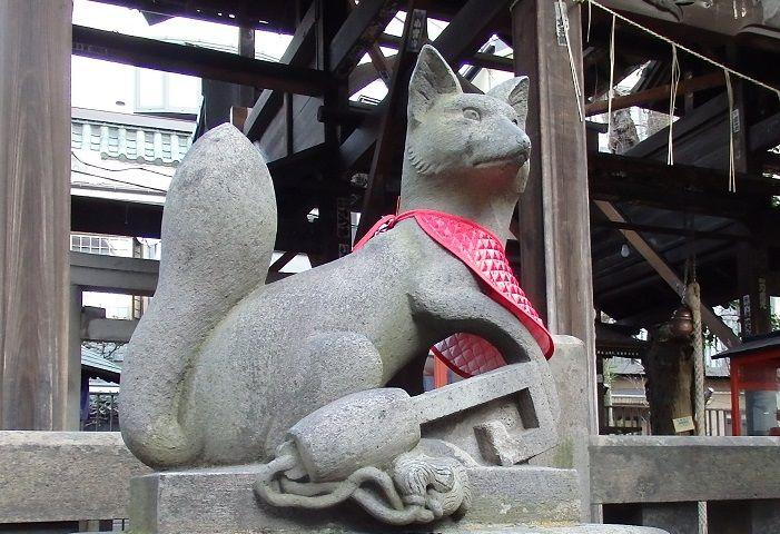被官稲荷神社は浅草神社の境内の裏