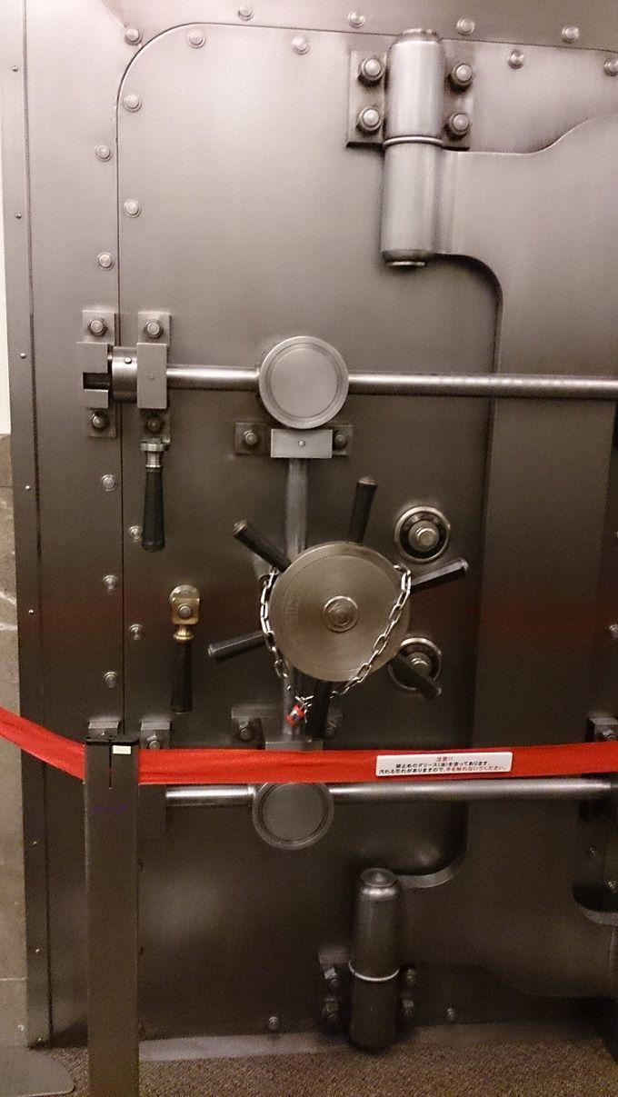 美術館出口に金庫の扉あり