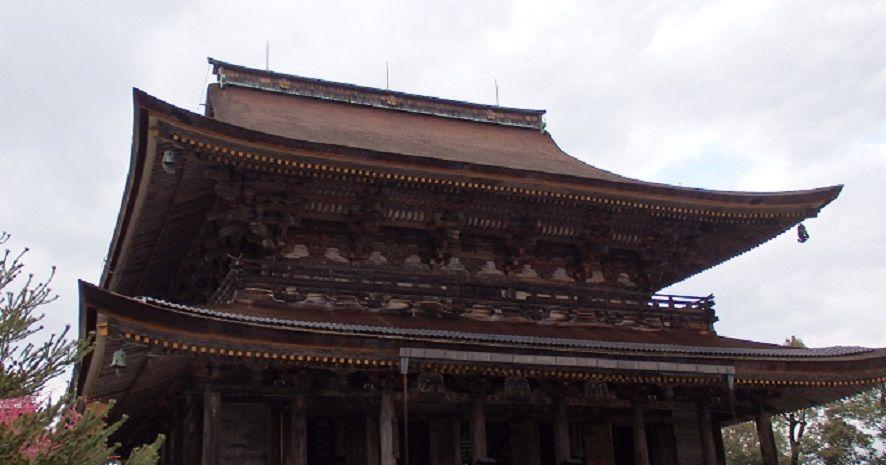 秘仏の蔵王権現立像は、迫力いっぱい、鮮やかな青色の巨像三体
