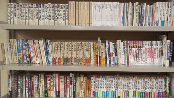 真田家に関する資料や日本史資料が棚ぎっしり!