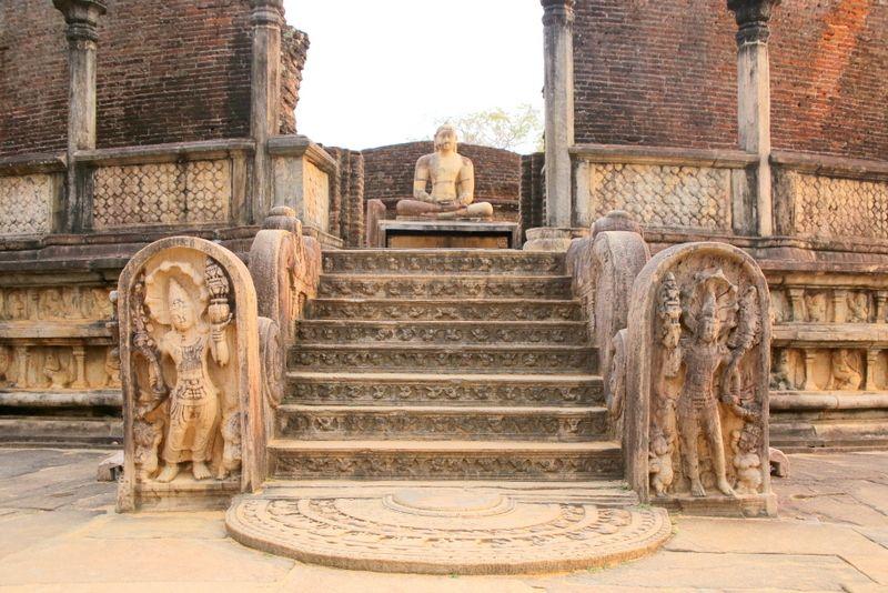 玄関の先には仏陀の姿。そしてそれを囲むレリーフにも…