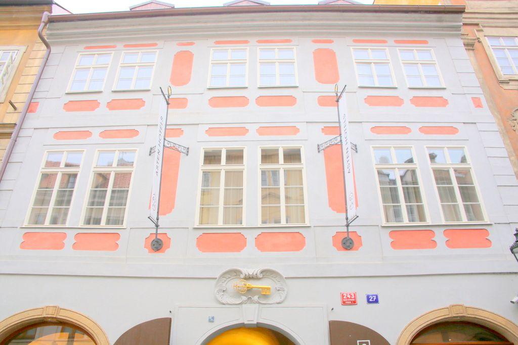 淡いピンク色とホワイトカラーに包まれた可愛いホテル