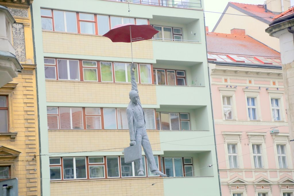 空から人が舞い降りてきた!?遊び心たっぷりなプラハ「モザイク ハウス」