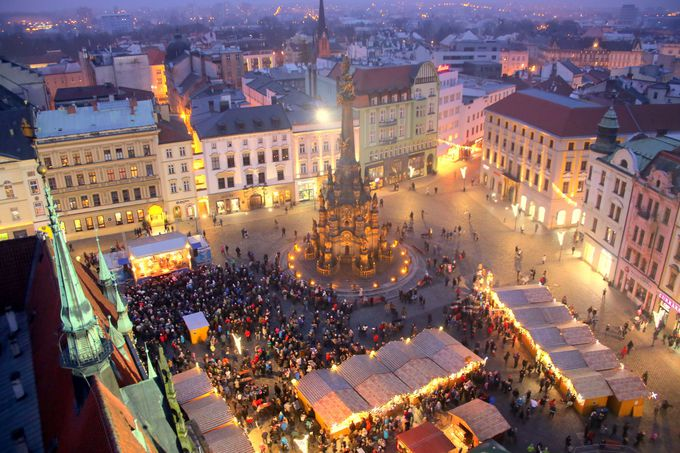 広場がカラフルに彩られる冬がおすすめ